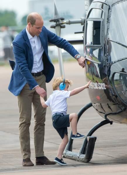 En bon pilote d'hélicoptère, papa William initie baby George
