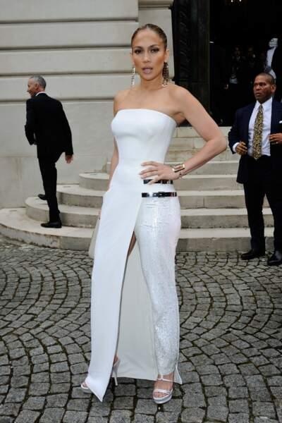 De passage à Paris pour la Fashion Week de 2014, la Bomba est apparue dans un ensemble Versace.