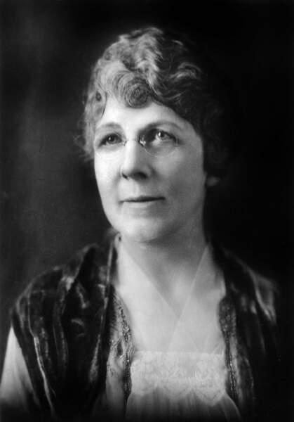 Florence Harding, épouse du  29è président (1921/1923), a été la première à voter et à inviter des stars au palais