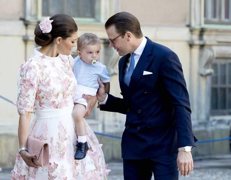 Le prince Oscar est très bien entouré par ses parents : la princesse Victoria et le prince Daniel.