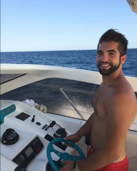 L'été dernier, le beau gosse a tombé le haut sur un bateau