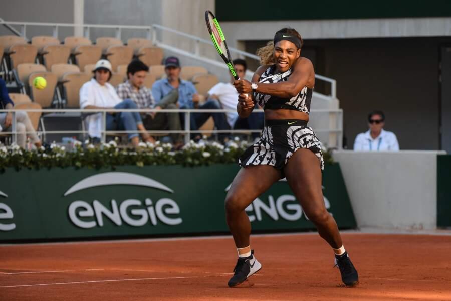 Serena Williams n'a pas fait dans la dentelle. Elle a opté pour un crop top et une minijupe ultra fendue