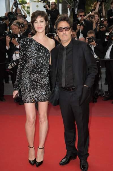 Charlotte Gainsbourg et Yvan Attal amoureux lors de la montée des marches de The Meyerowitz Stories