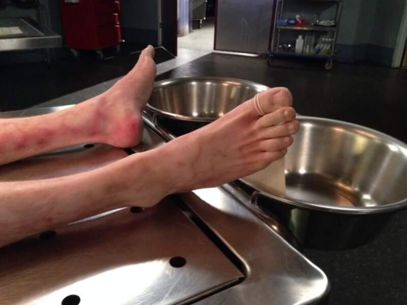 Devinette : A qui sont ces pieds ? a) Sasha b) Angie c) un cadavre