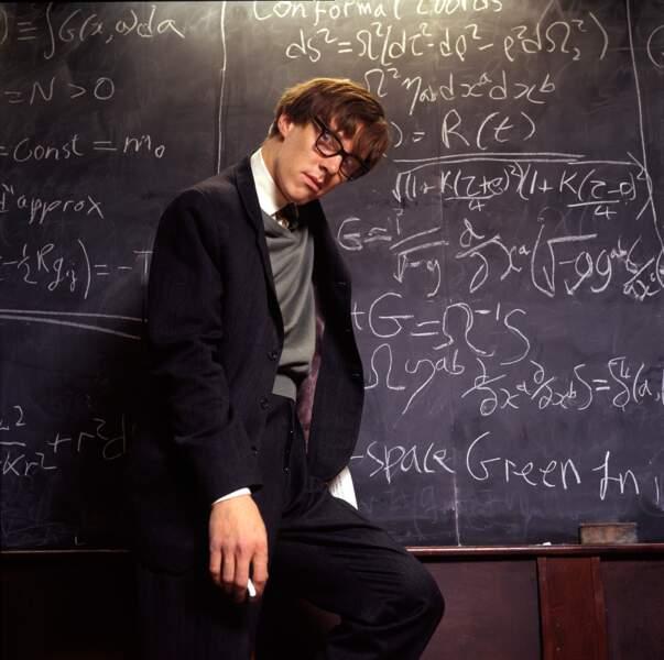 Look petites lunettes, en 2004, lorsque l'acteur joue Stephen Hawking dans le téléfilm Hawking