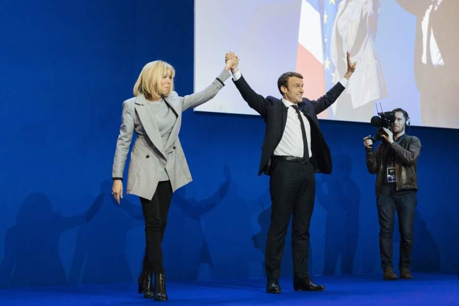 Brigitte Macron sur scène, omniprésente auprès de son mari