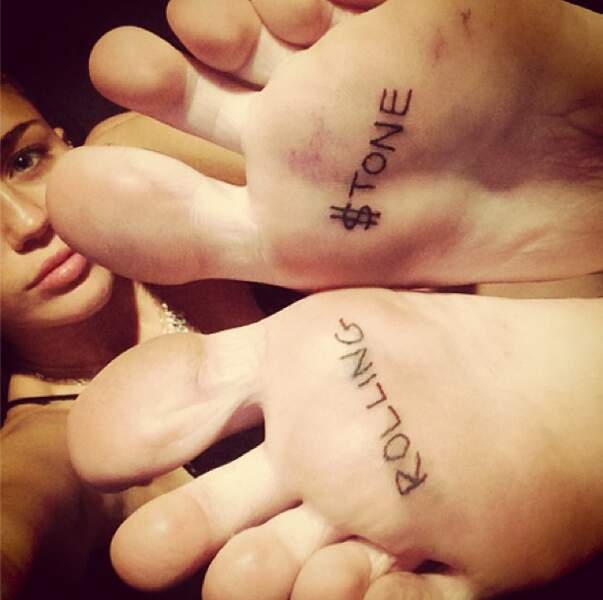 Après avoir fait la couverture de Rolling Stone, elle a décidé de se tatouer le nom du magazine sur les pieds. Aïe