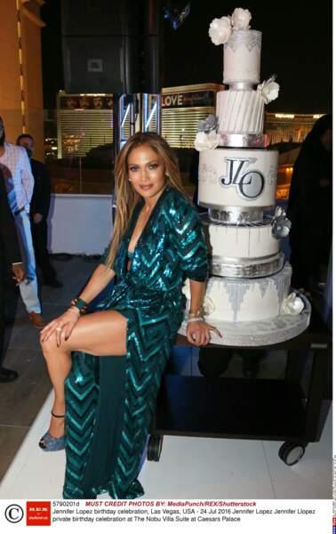 En juillet 2016, Jennifer Lopez est en robe kimono pour fêter ses 47 ans au Caesar Palace.