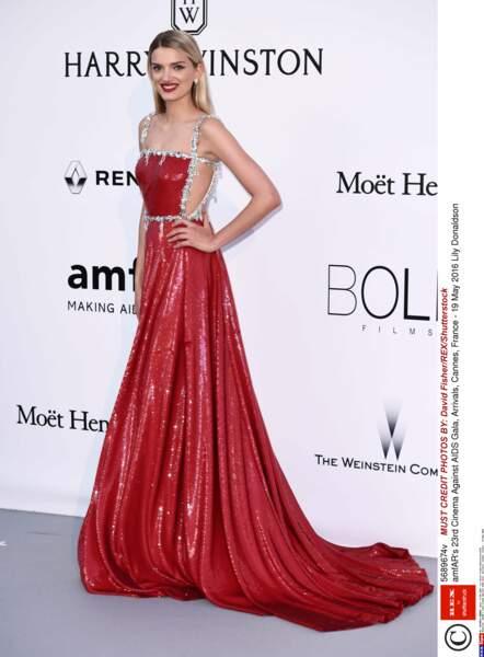 Lily Donaldson a choisi la bonne couleur pour se faire repérer au loin : le rouge