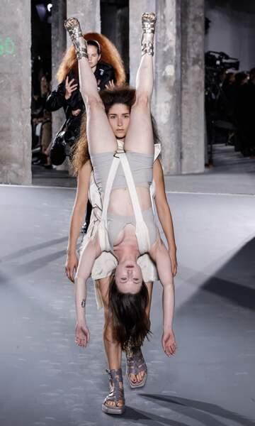 Ce jeudi 1 octobre, son défilé avait lieu lors de la Fashion Week parisienne au Palais de Tokyo.