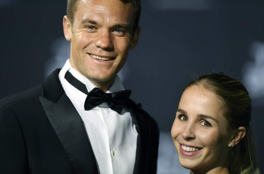 Le gardien Manuel Neuer, un des meilleurs joueurs de l'année, tout sourire avec sa copine Nina Weiss