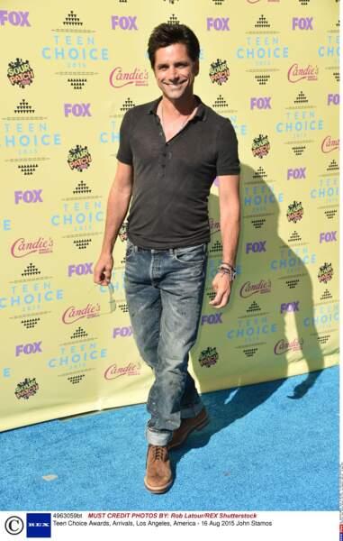 John Stamos de La fête à la maison, en jean, éternellement...