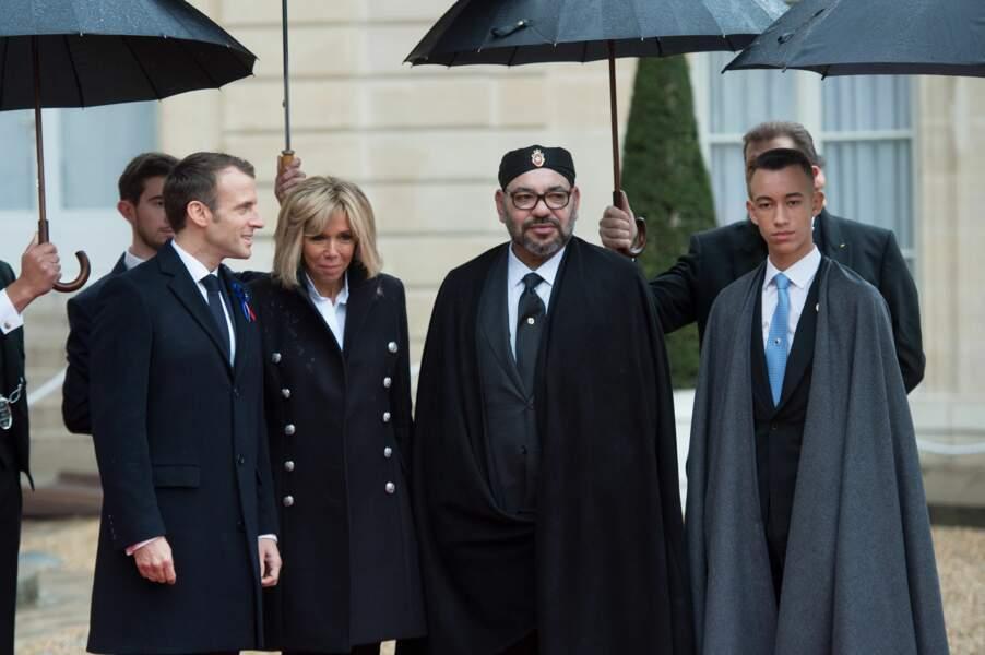 Le couple présidentiel accueille le roi du Maroc Mohammed VI et son fils Moulay à l'Elysée