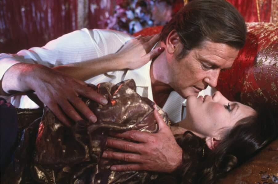 Roger Moore ne s'en fait pas dans Octopussy, en compagnie de Maud Adams