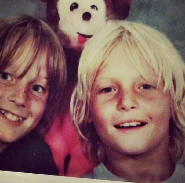 Le petit blondinet à droite, c'est le futur tueur de zombies redneck Daryl Dixon. So cute.