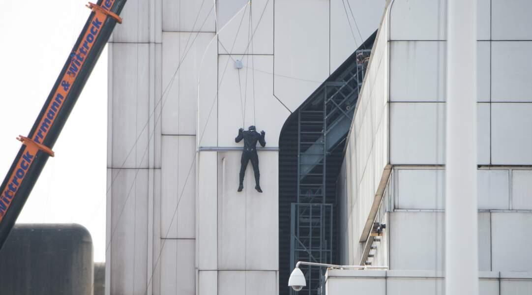 L'acteur ose prendre des risques et se retrouve à plusieurs mètres du sol
