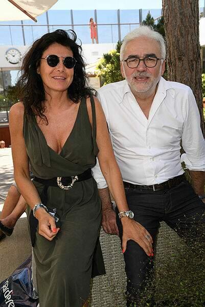 Pascal Praud et son épouse parcourent les allées de Roland-Garros