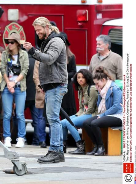 Chris Hemsworth révise son texte, à moins qu'il n'ait reçu un mot doux d'une admiratrice