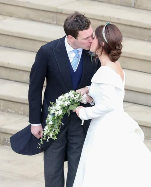 Tendre baiser entre les deux mariés