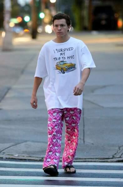 ... Et sort avec son pyjama Hello Kitty dans la rue !