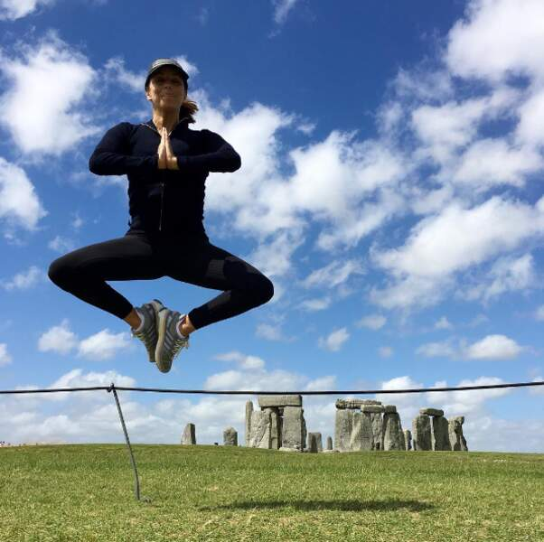 Méditation pour Eva Longoria à Stonehenge.