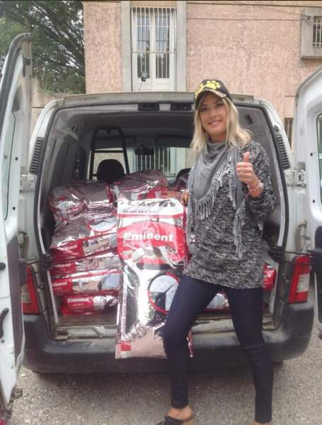 Eve Angeli nourrit les chiens de la France entière