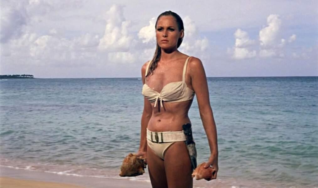 Culte, le bikini d'Ursula Andress dans James Bond 007 contre Dr. No (1962) a été vendu 68 600 € en mars 2001.