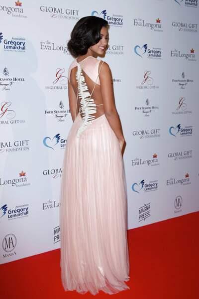 La reine de beauté portait une robe très originale, qui lui allait à ravir !