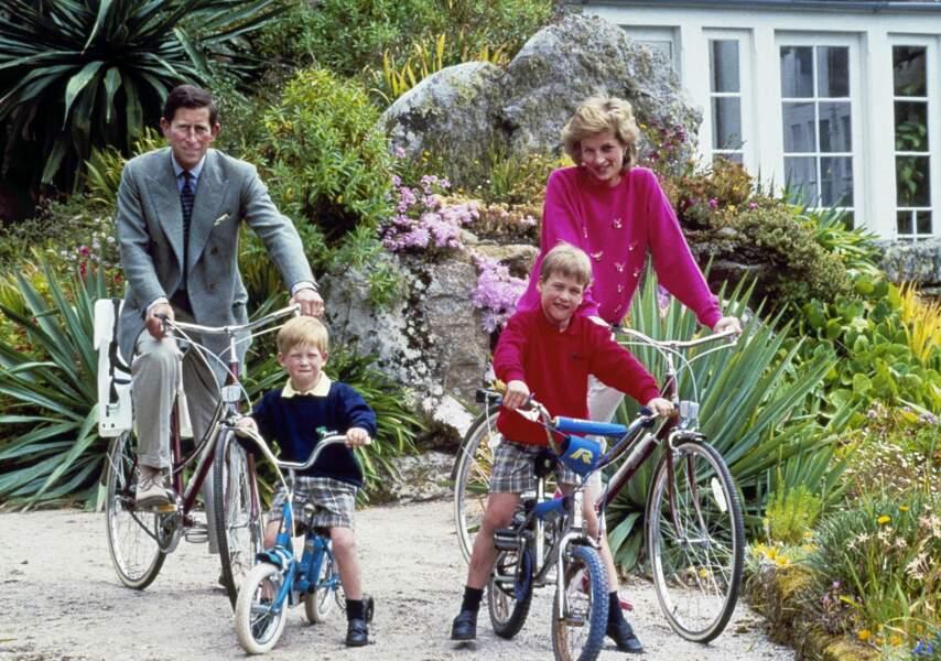 William a 7 ans, son petit frère Harry en a 5, la famille est sur l'ile de Tresco en Cornouailles en juin 1989