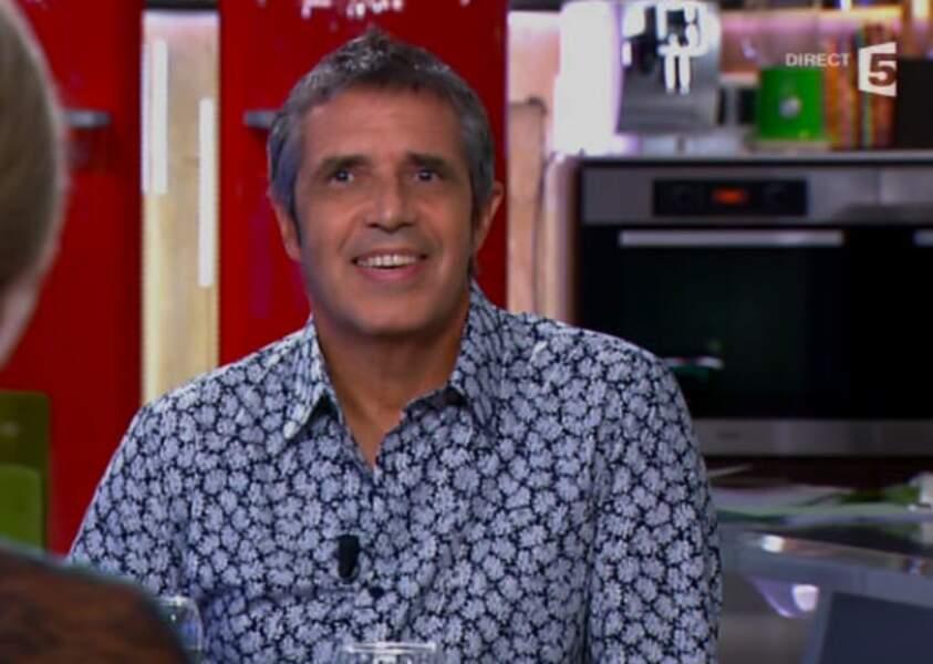 Flop : Julien Clerc, la chemise à imprimé fleurs, c'est sa préférence à lui (C à vous)