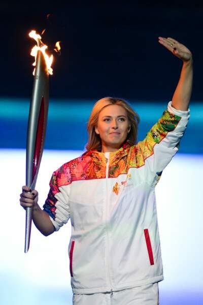 La jolie tenniswoman Maria Sharapova a illuminé le stade avec la flamme