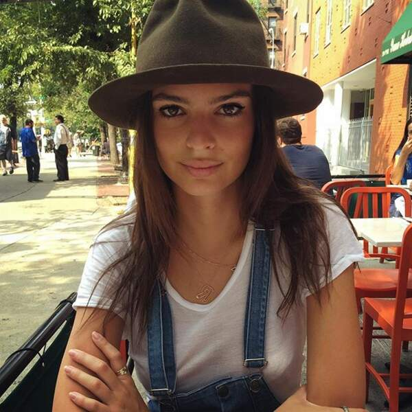 Emily Ratajkowski les chapeaux pour se protéger du soleil...