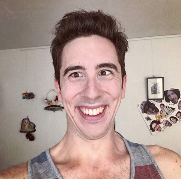 Le youtubeur Kemar a enlevé ses lunettes.