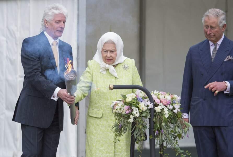 Puis la reine a été invitée à allumer un flambeau devant Windsor