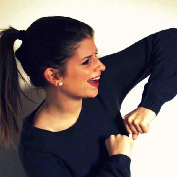 Rouge à lèvres et cheveux tirés, Clémentine sait être coquette