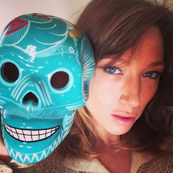 Selfie avec une tête de mort colorée