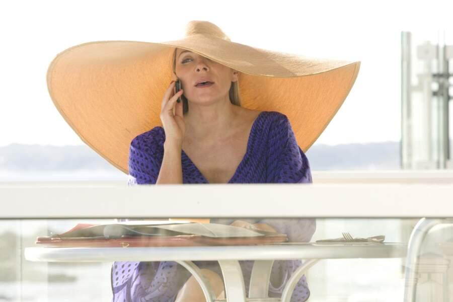 Ah ça c'est sûr ! Avec un tel chapeau, Kim Cattrall ne risque pas l'insolation