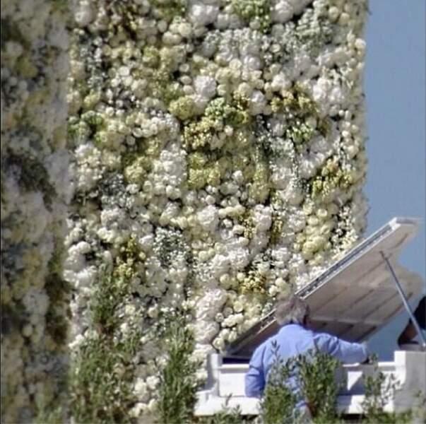Les amoureux se sont dit oui devant cet incroyable mur de fleurs et ce piano. Comme c'est beau...