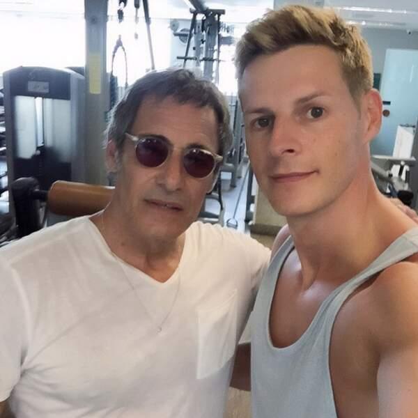 Et il fait même de la muscu avec Gérard Lanvin, s'il vous plait !