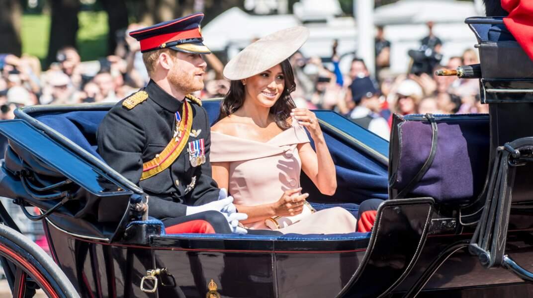 Meghan Markle et le prince Harry saluant la foule