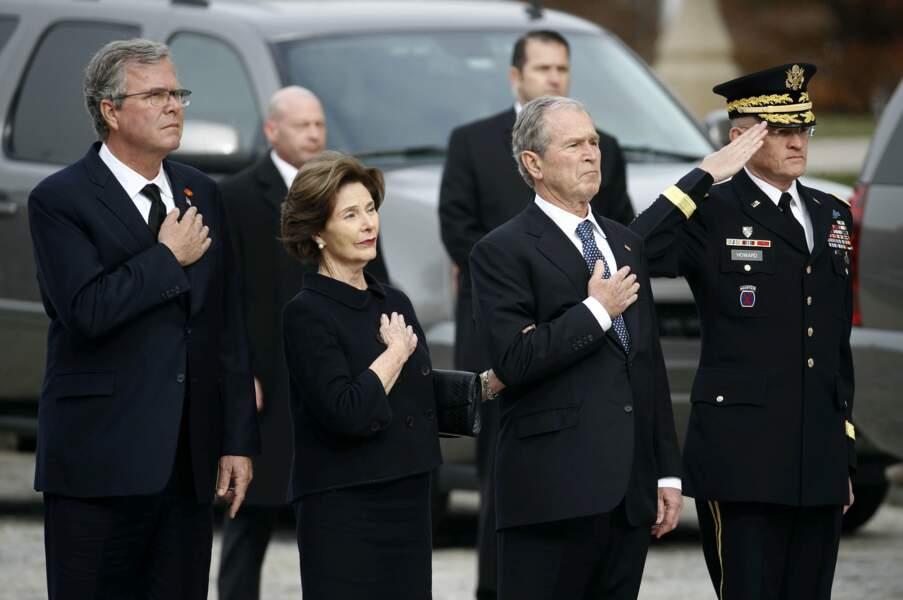George W. Bush, sa femme Laura et son frère Jeb, à l'arrivée du cercueil
