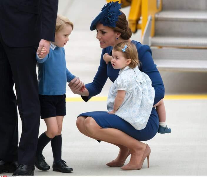 Un petit garçon coquin recadré par sa maman