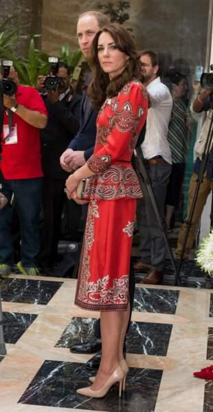 Avril. Voyage en Inde, certes. Non mais c'est quoi ce sari ?