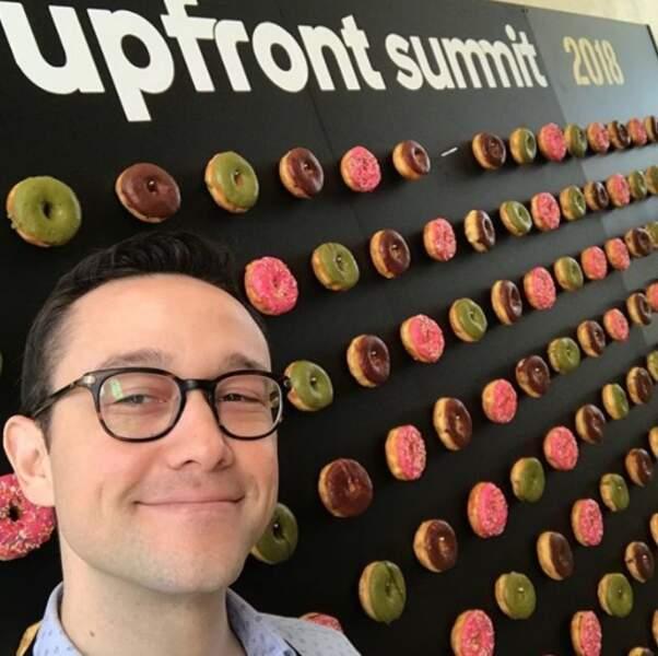 On se quitte en conseil : comment rendre Joseph Gordon-Levitt heureux ? En accrochant des donuts au mur.