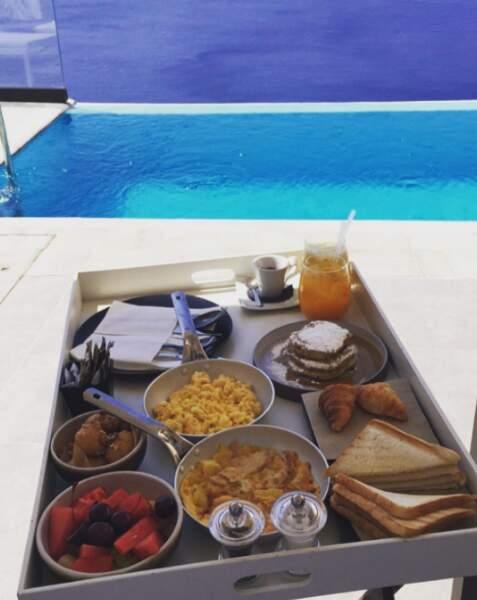 Au programme de ces congés de rêve ? Maxi breakfast au bord de la piscine...