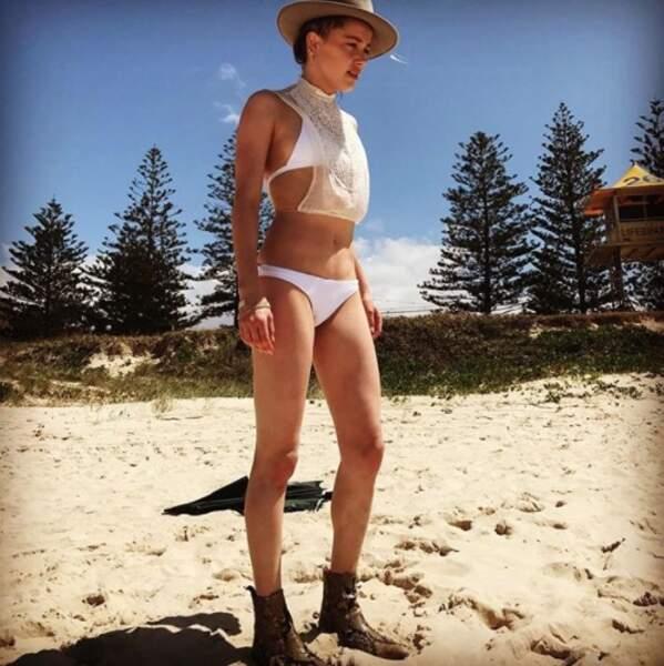 Amber Heard est allée à la plage mais elle avait malheureusement oublié ses tongs.