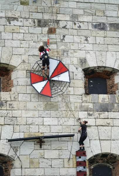 Il faut récupérer la clé en haut d'un parcours d'obstacles accrochés à la façade du Fort