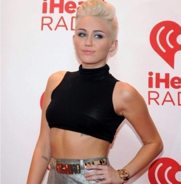 """La folle Miley Cyrus s'est fait tatouer la suite de chiffres romains """"VIIXCI"""" qui ne veut absolument rien dire"""