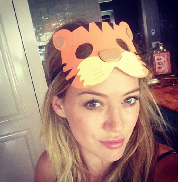 Hilary Duff, elle y va encore avec son masque de Tigrou