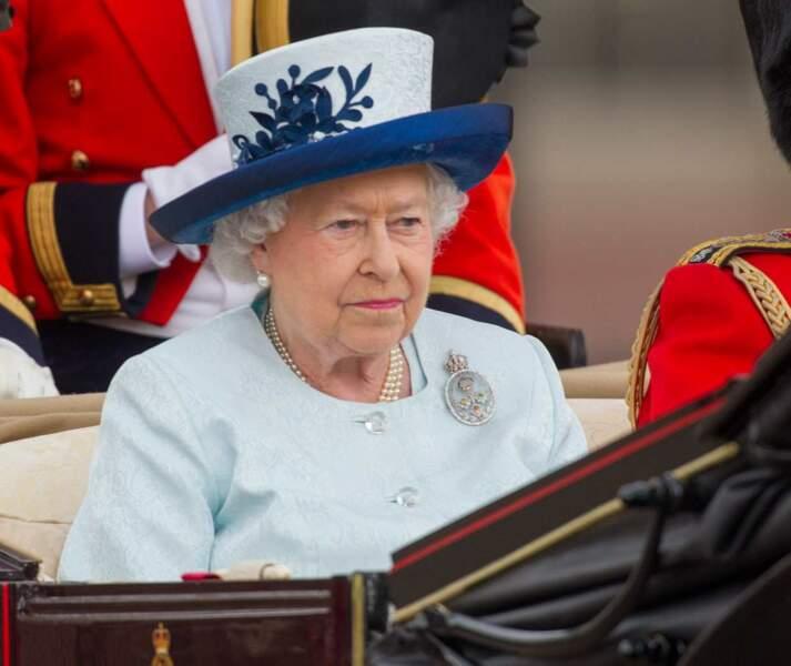 """Finissons par un """"point chapeau"""". Bleu et blanc pour la reine... So british'"""